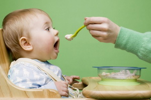 Когда начинать введение прикорма ребенку на грудном вскармливании