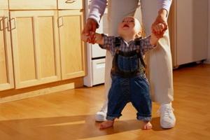 Как учить ребенка ходить самостоятельно