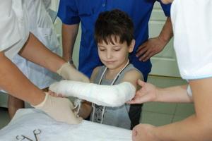 Переломы у детей: виды, признаки, первая помощь