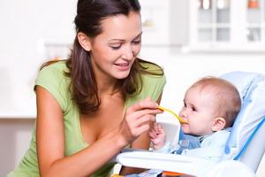 Прикорм грудного ребенка: правила и таблица по месяцам