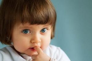 Ребенок грызет ногти: причины и что делать