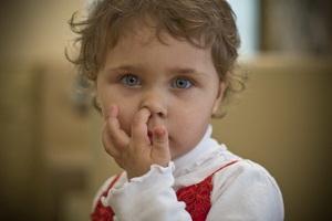 Почему ребенок ковыряет в носу и как его отучить