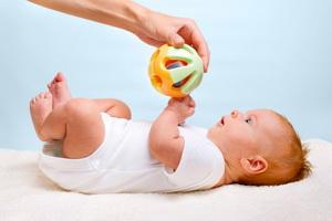Игры для развития новорожденных: как играть с младенцами