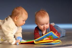 Какие игрушки нужны для развития ребенка до года по месяцам