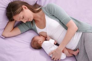 Первое грудное молоко: польза молозива для ребенка