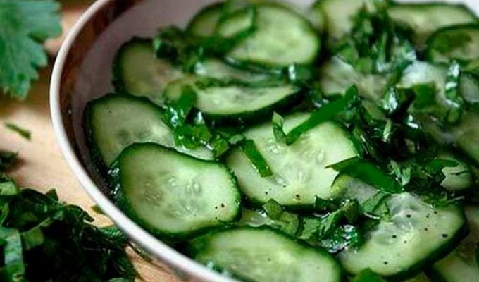 Салат из свежих помидоров и яблок