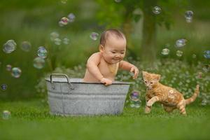 Игры с пеной и мыльными пузырями для детей в ванной